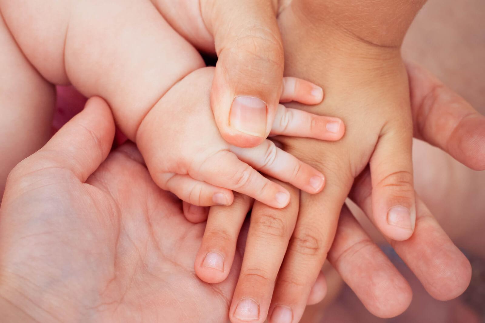 Руки папа мамы и ребенка фото