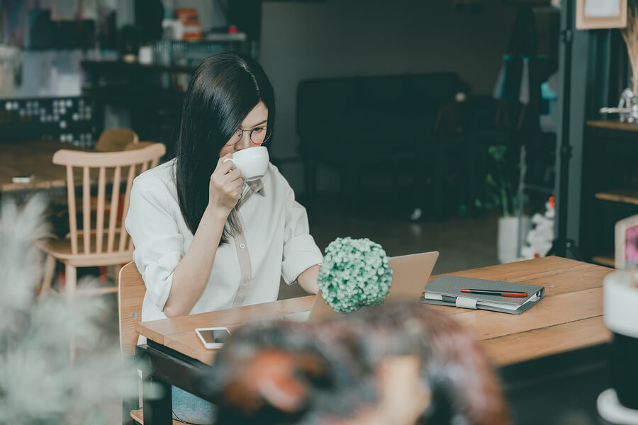 Girl experiencing freelancer loneliness